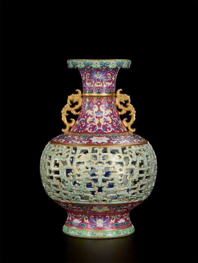 У пожилой женщины нашли потерянную древнюю вазу династии Цин и продали за $9 млн
