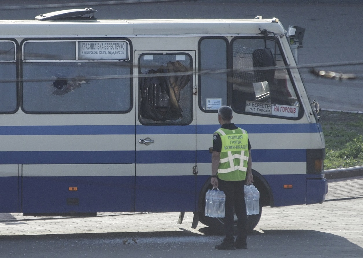 Замглавы Нацполиции Коваль принес воды к автобусу (фото - EPA)