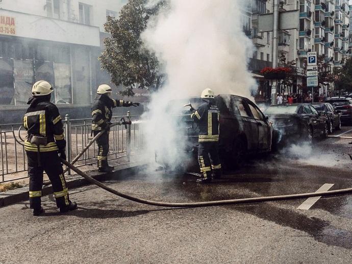 В Киеве возле Дворца Украина сгорели два автомобиля - фото, видео
