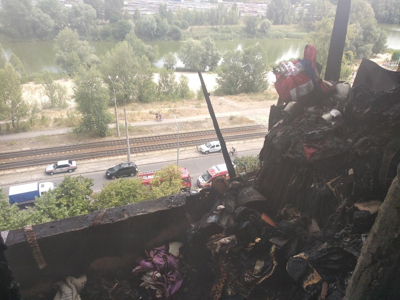 У Києві горить квартира, загинула жінка - фото, відео