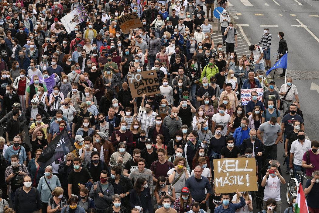 Протесты в Будапеште против давления на СМИ (Фото: EPA)