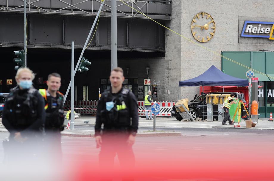 В Берлине автомобиль на большой скорости въехал в толпу: есть раненые - фото