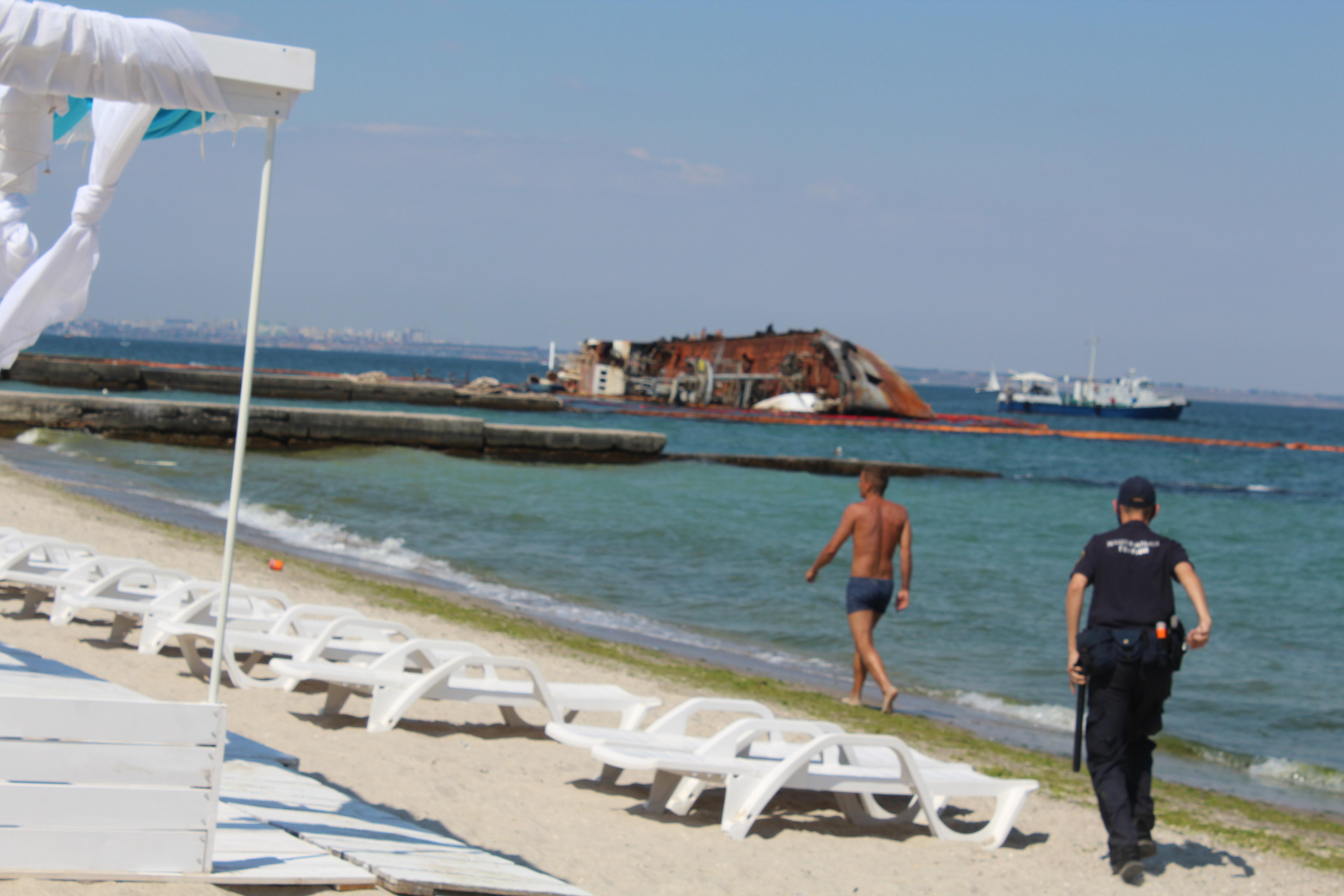 Нацгвардиец догоняет нарушителя, пляж