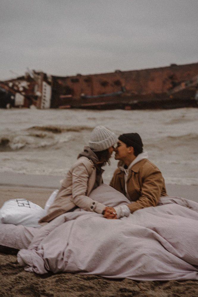 Фотосессия на фоне затонувшего танкера Delfi в день крушения, фото: Instagram.com/libkos / Константин Либеров