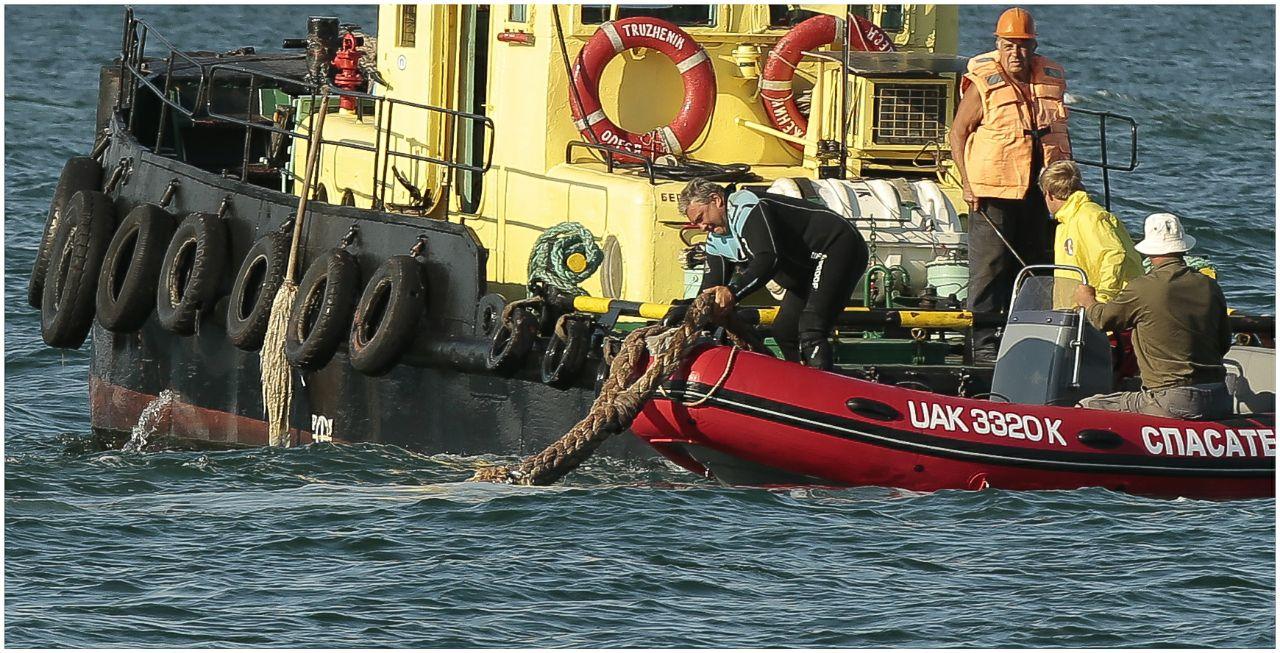 Подготовка к эвакуации судна Delfi, фото: LIGA.net