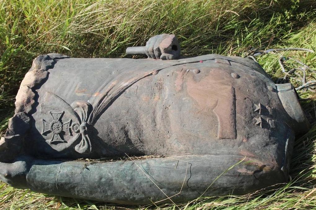 В Польше украли и обезглавили статую советского маршала Рокоссовского - фото