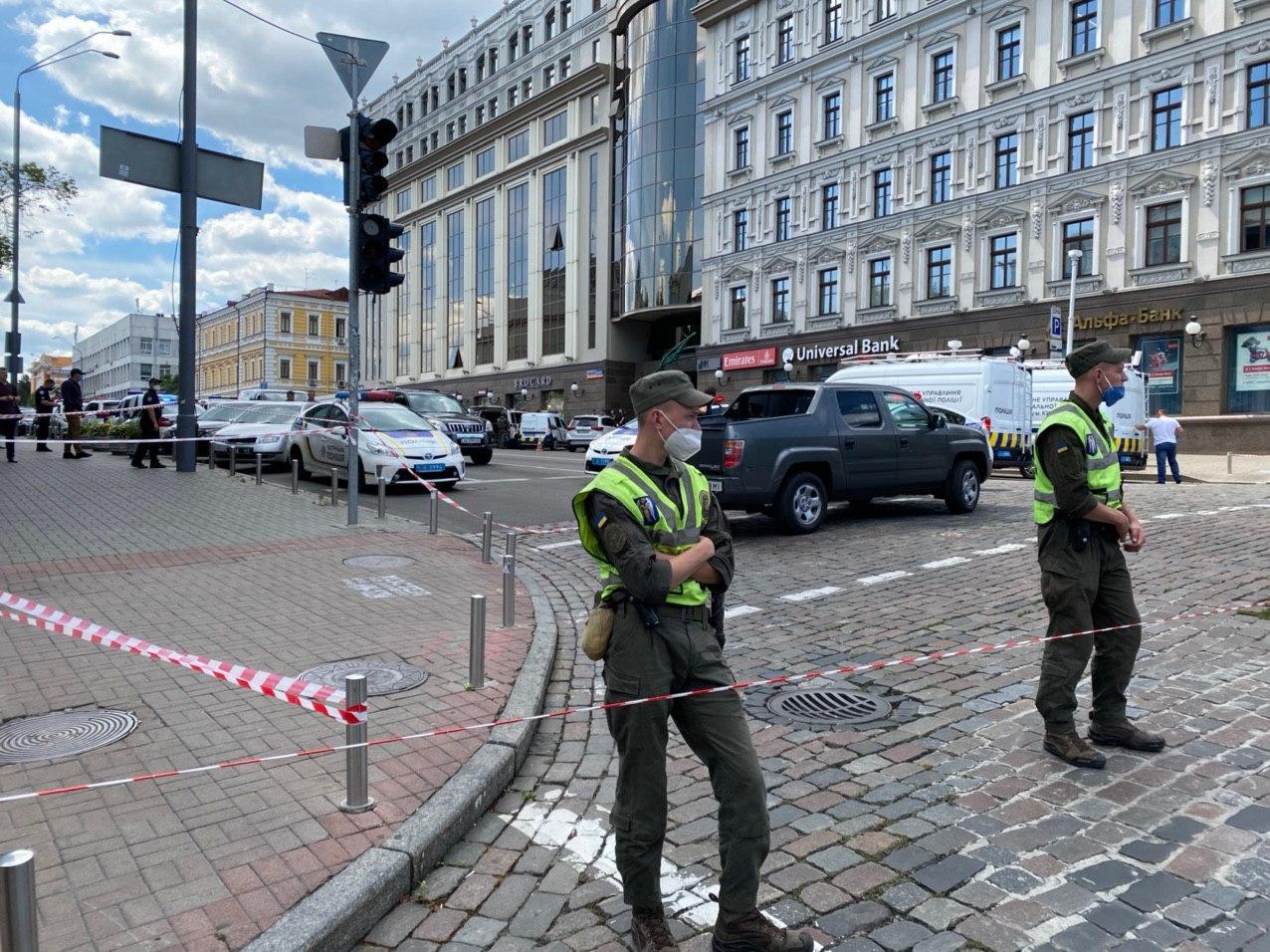 В центре Киева неизвестный угрожает взорвать банк