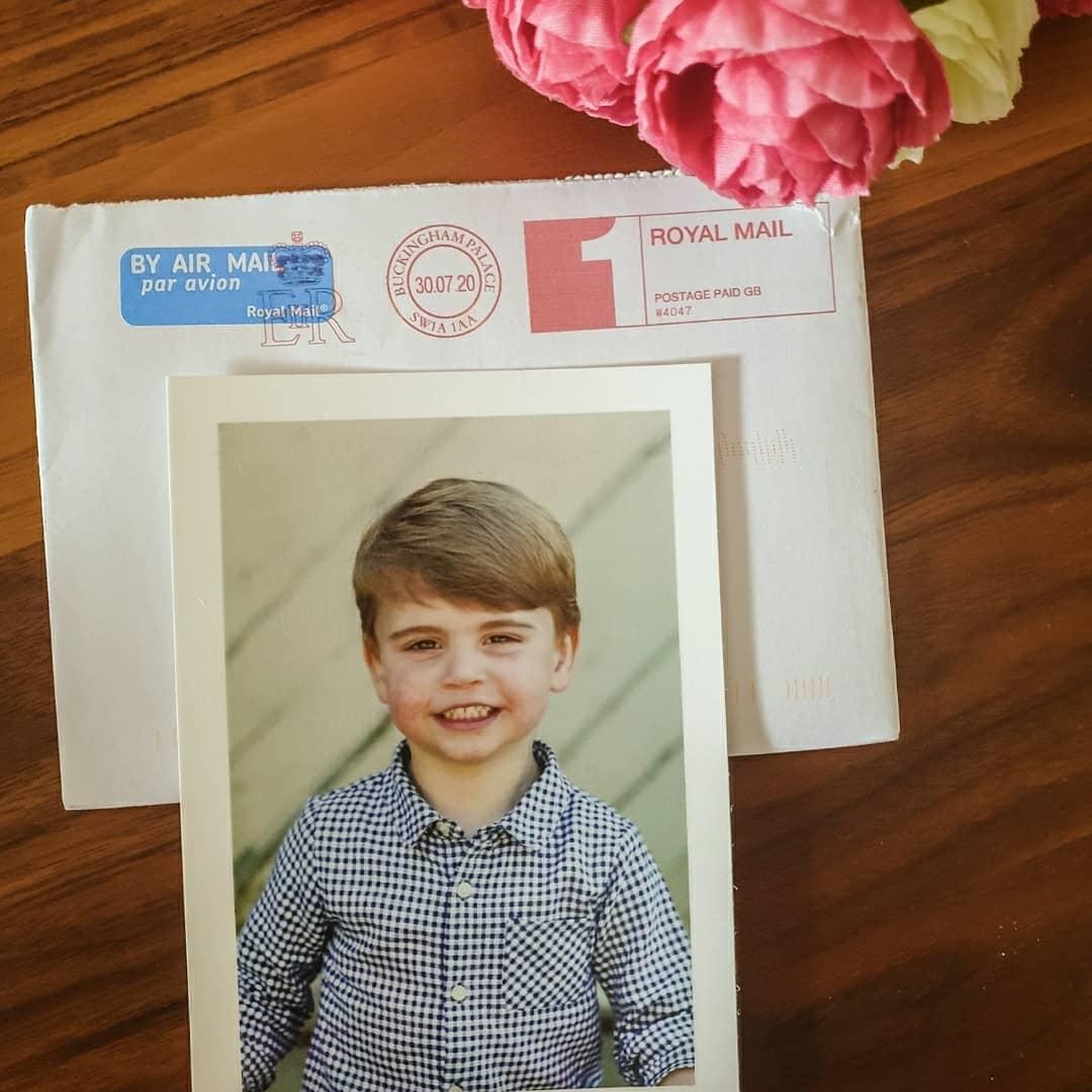 Поклонники королевской семьи получили открытки с фотографией принца Луи