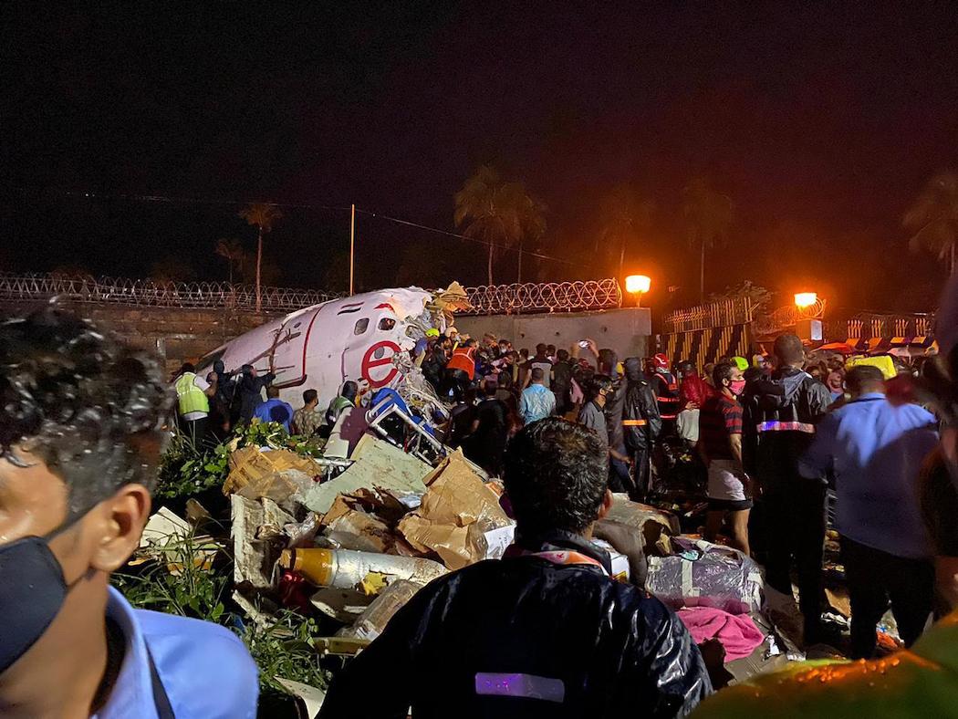 Авиакатастрофа в Кожикоде, Индия (Фото: EPA-EFE/CIVIL DEFENSE)