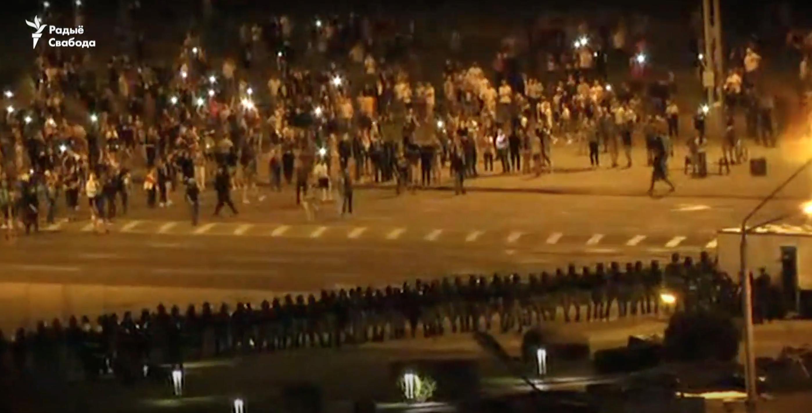 Силовики Лукашенко стреляют по протестующим в Минске: видео