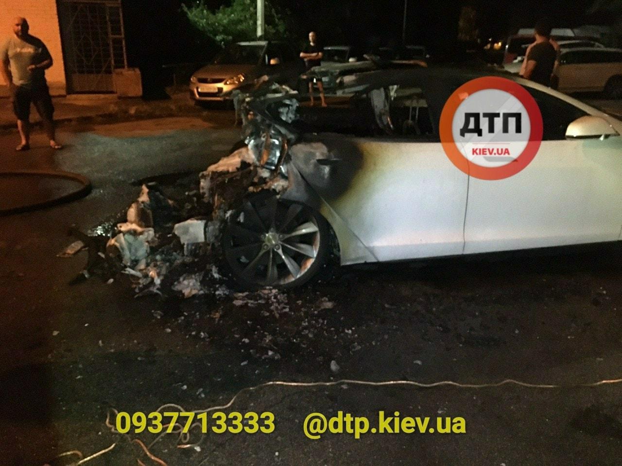 Сгоревшая Tesla (источник - dtp.kiev.ua)