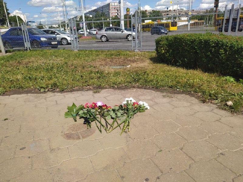 Цветы на месте гибели мужчины в Минске