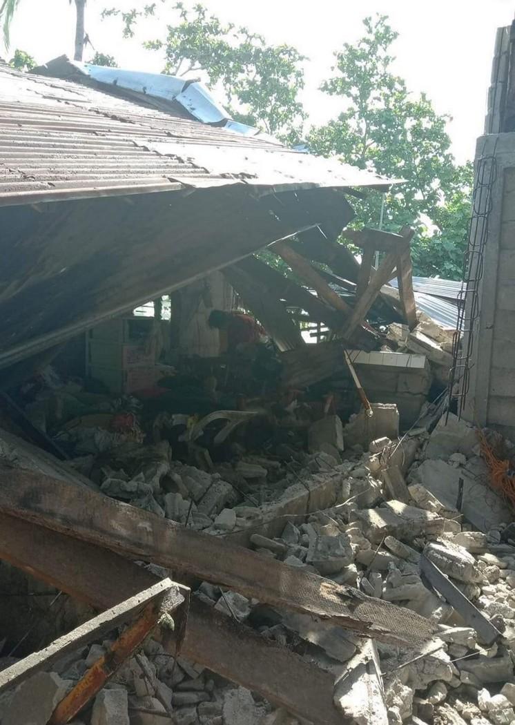 После землетрясения на Филиппинах (фото - John Mark Lalaguna_EPA)