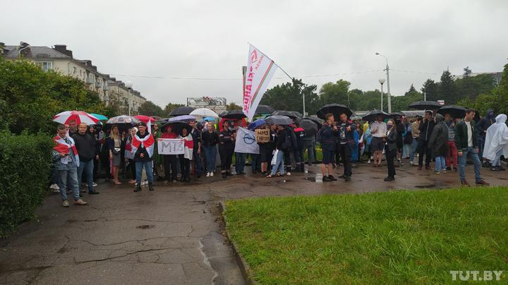 Митингующие возле тракторного завода в Минске