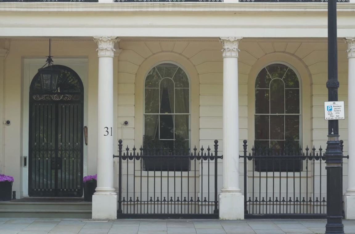 Вилла в лондонском районе Белгравия. Скриншот из фильма Зірвати банк, Слідство.info