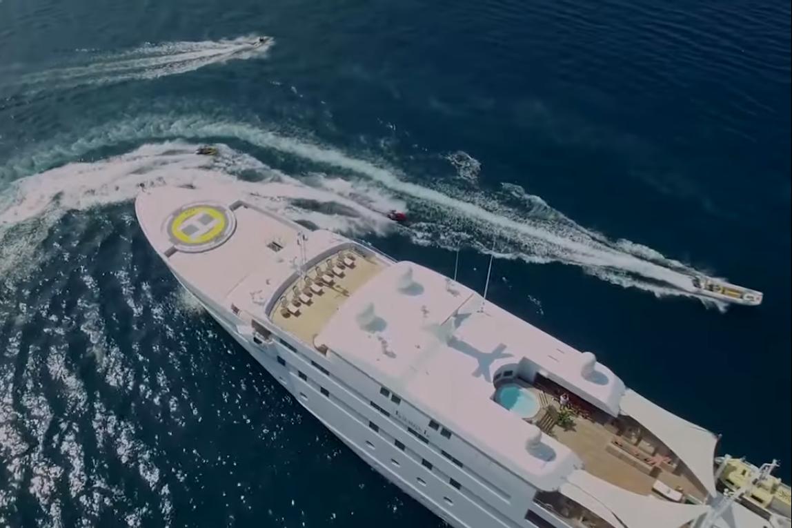 Яхта LAUREN L. Скриншот из фильма Зірвати банк, Слідство.info