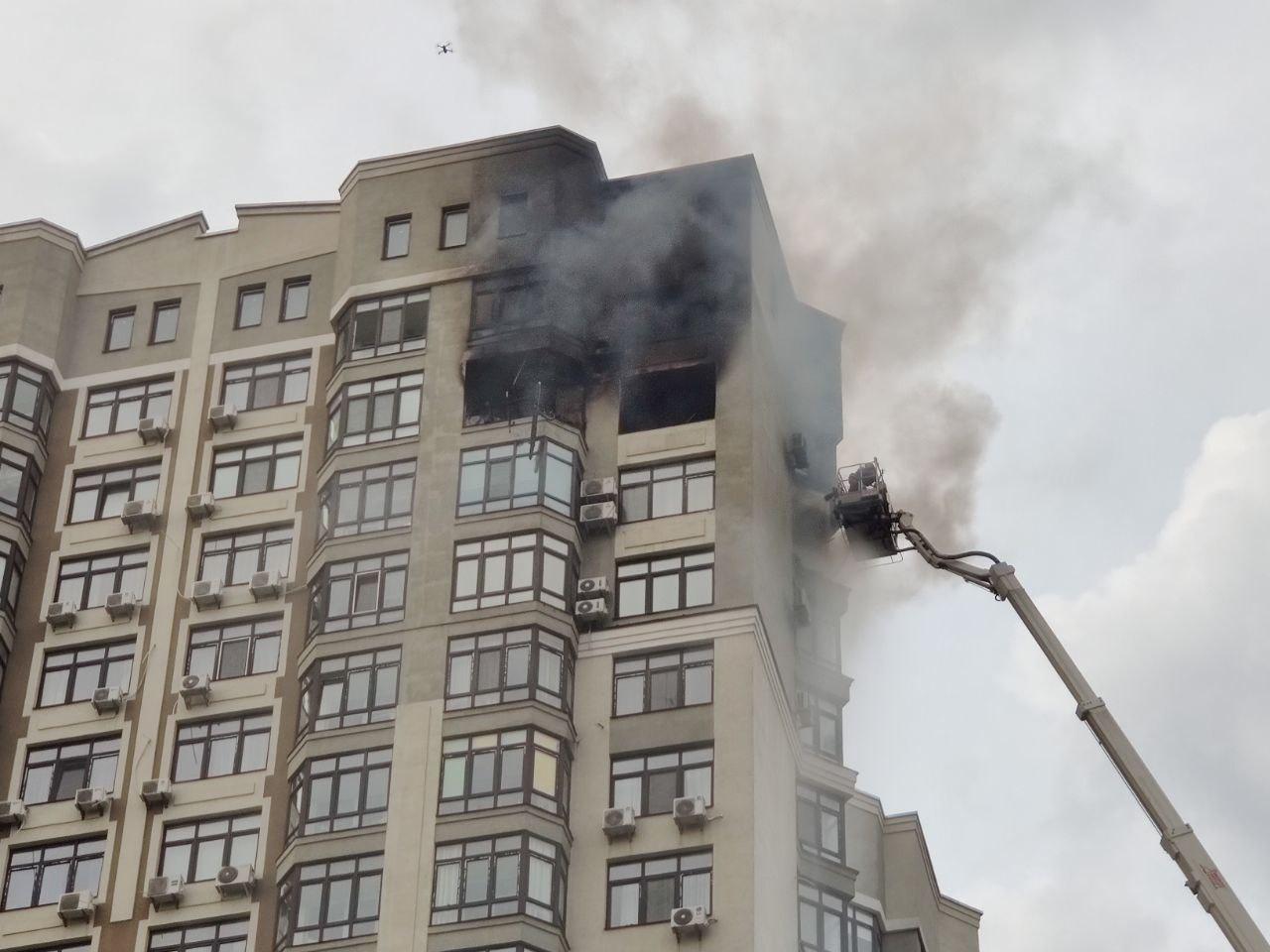В Киеве во время пожара на 24 этаже мужчина, спасаясь, залез на кондиционер: видео