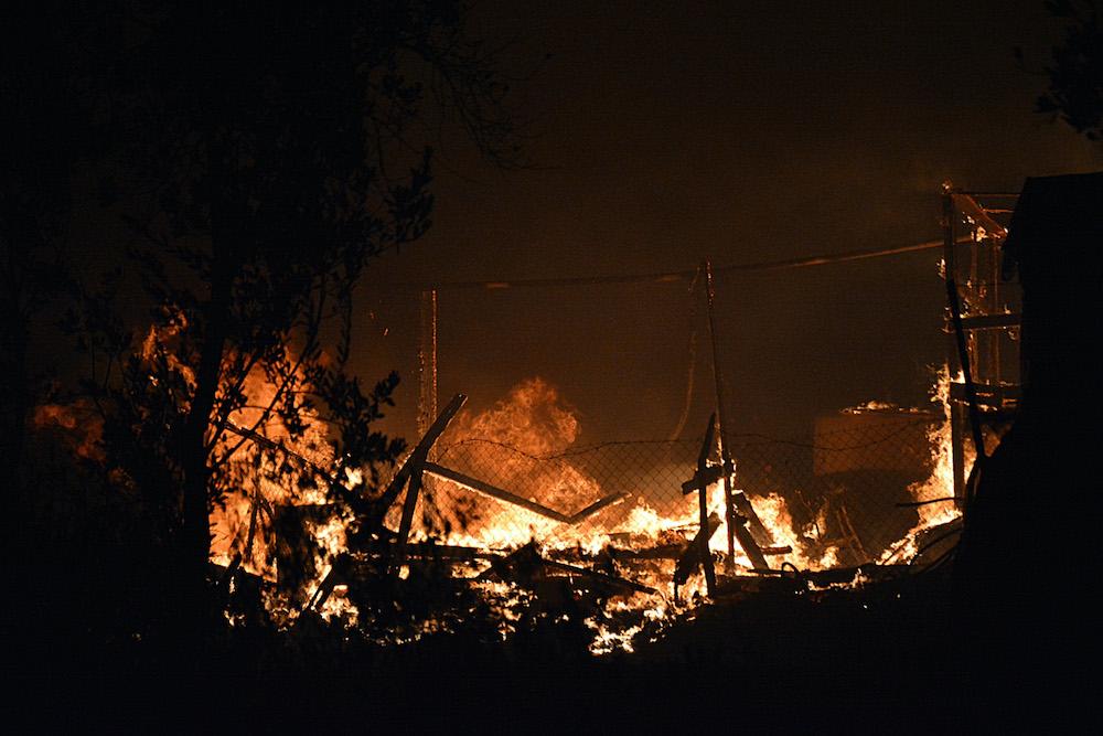На острове Лесбос  — ЧП. Тысячи мигрантов остались без крова после пожара в лагере: фото