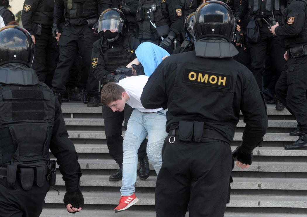 Силовики применили водомет против протестующих вБресте