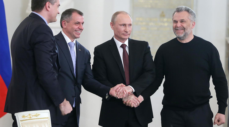Владимир Константинов слева от Владимира Путина, фото: Газета.ru