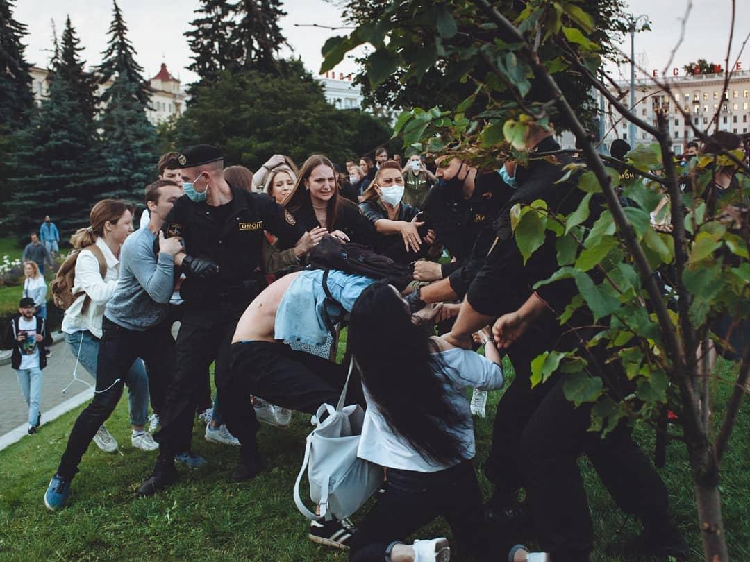 """""""Дубинка ОМОНа – лучшее лекарство, говорили нам"""". Как в Беларуси задерживают журналистов"""