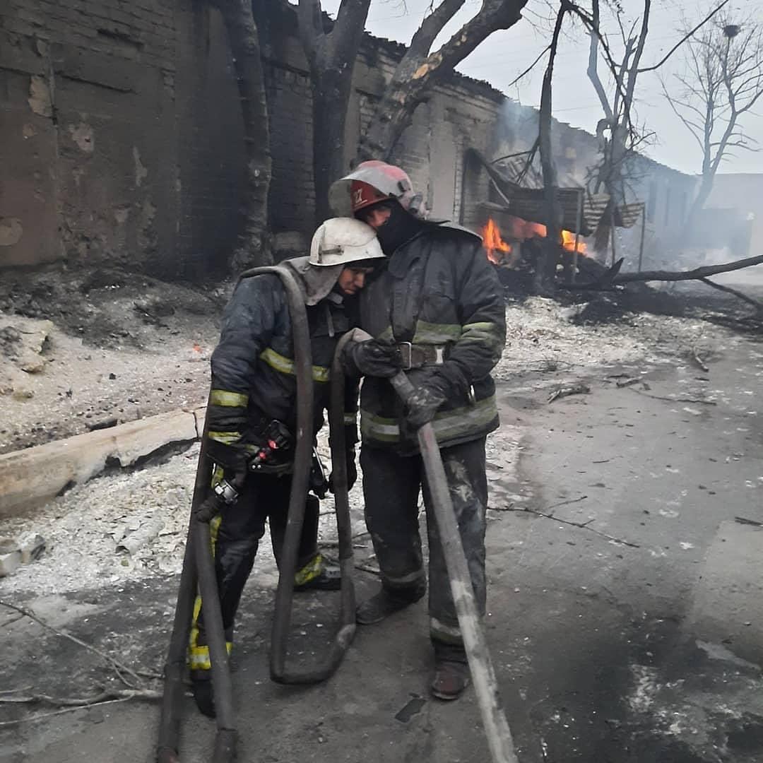 Кадр дня. Пожежні, які всю ніч боролися з вогнем у Сєвєродонецьку