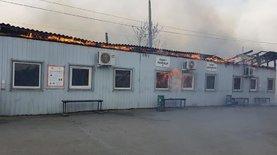 Горить пропускний пункт у Станиці Луганській, чутно вибухи: відео