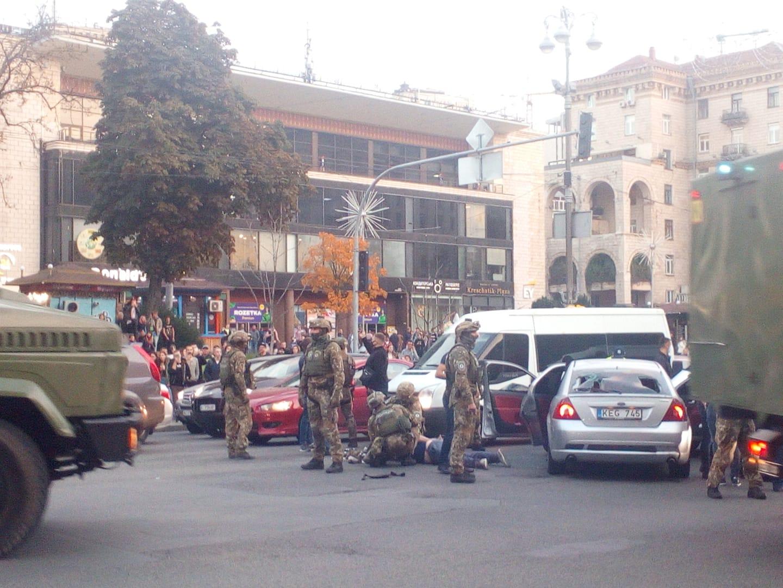 В Киеве на Крещатике спецназ полиции задерживал подозреваемых в разбое: фото, видео
