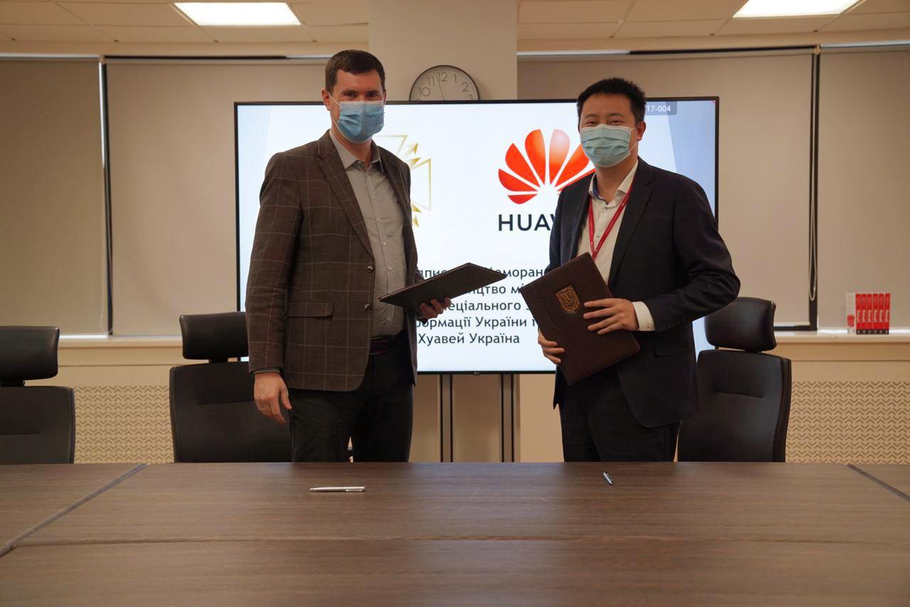 Глава Госспецсвязи Юрий Щиголь и директор Хуавей Украина Ма Ци во время подписания меморандума