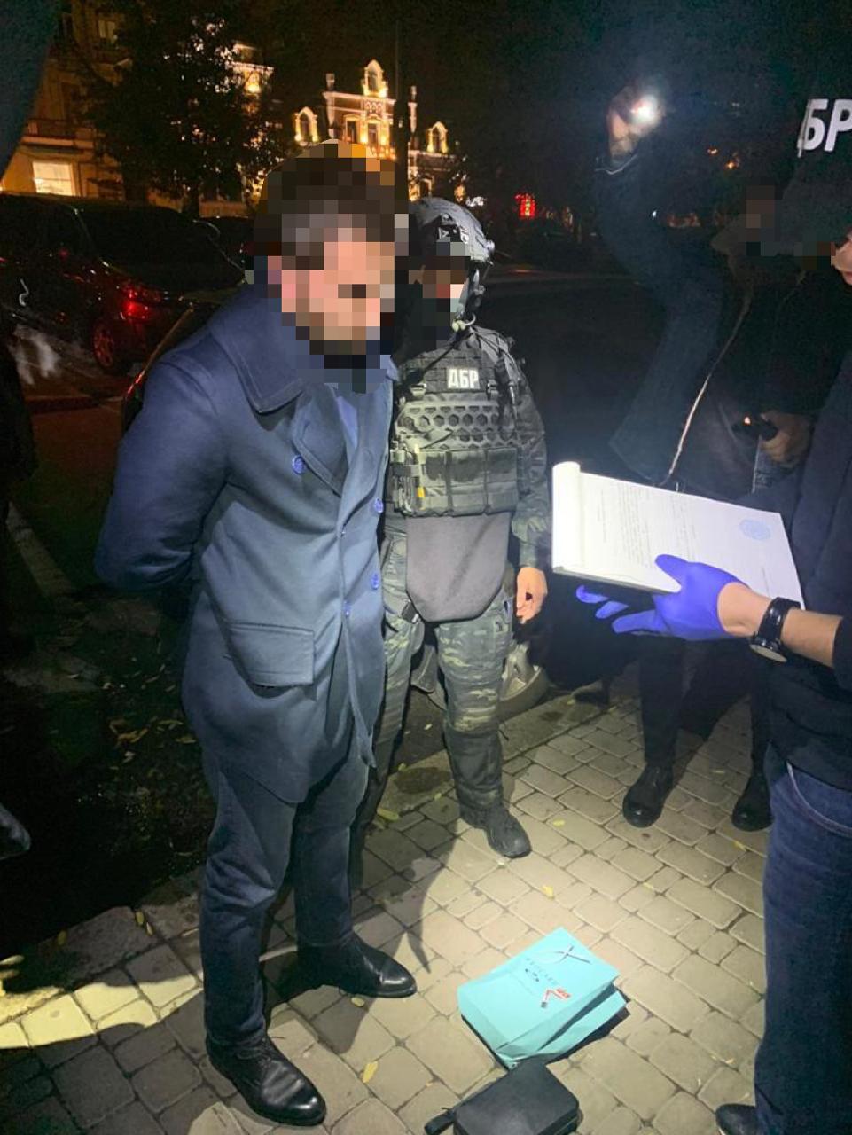 ДБР: На хабарі у $100 000 затримано високопосадовця ДФС