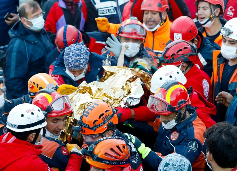 Землетрясение в Турции. Трехлетняя девочка провела под завалами 65 часов, ее спасли: видео