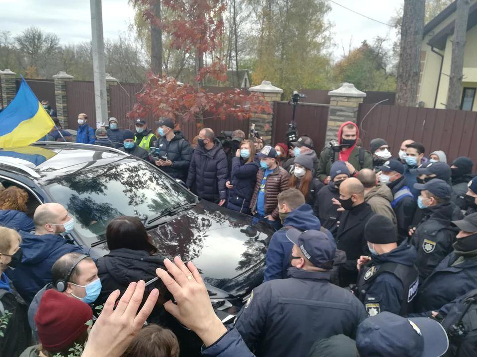Полиция блокирует авто участников протеста