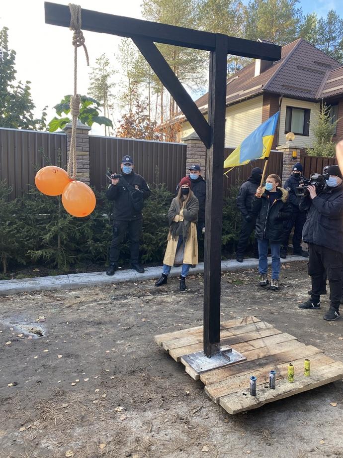 Возле дома Тупицкого установили висилицу