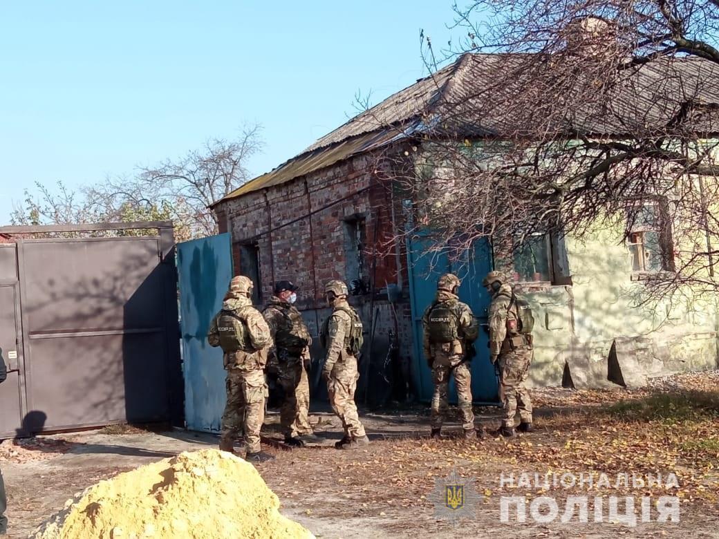 В Харькове мужчина угрожает сотрудникам полиции взорвать гранату