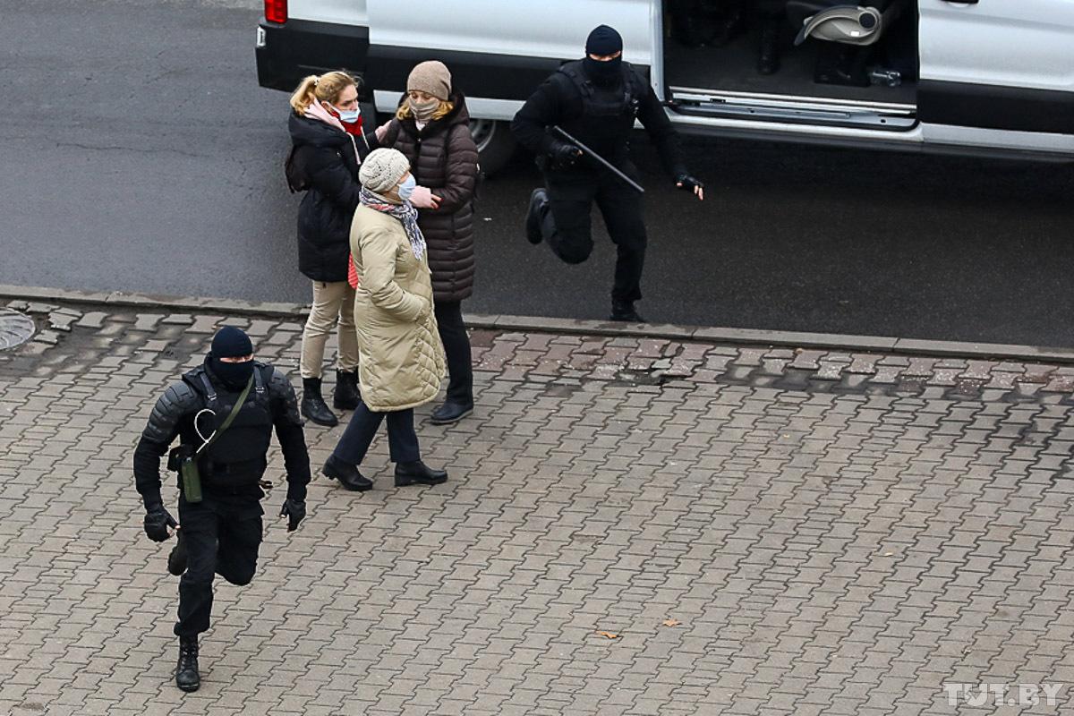 Cиловики задерживают мирных участников протеста