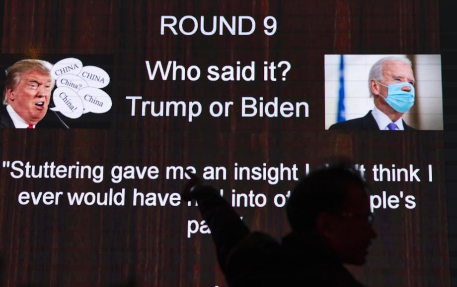 Фотографии президента США Дональда Трампа и кандидата в президенты Джо Байдена на экране в баре, Шанхай, Китай, 3 ноября,  Ночью перед выборами США. Фото: ALEX PLAVEVSKI / EPA