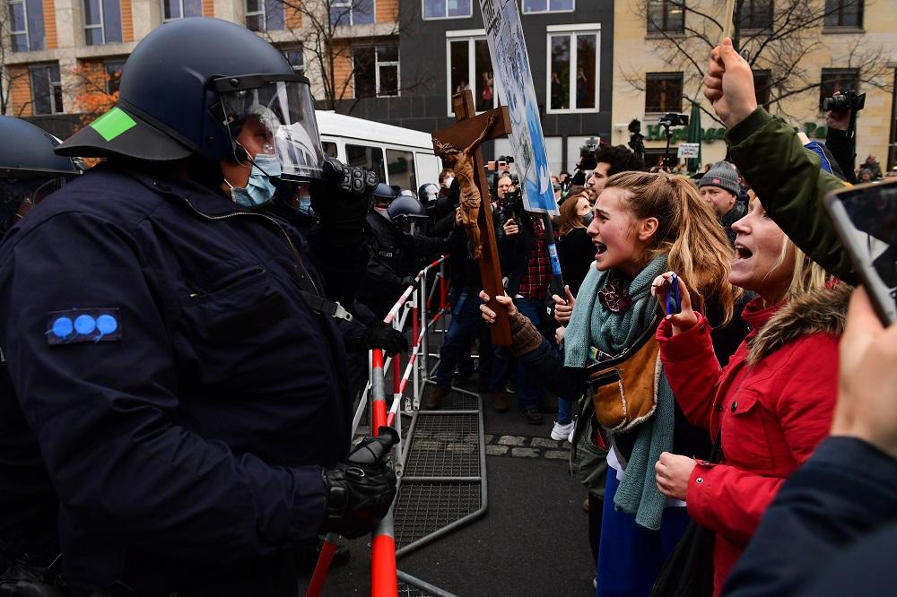 Украина плохо борется с COVID-19? Вот, как это делают в других странах