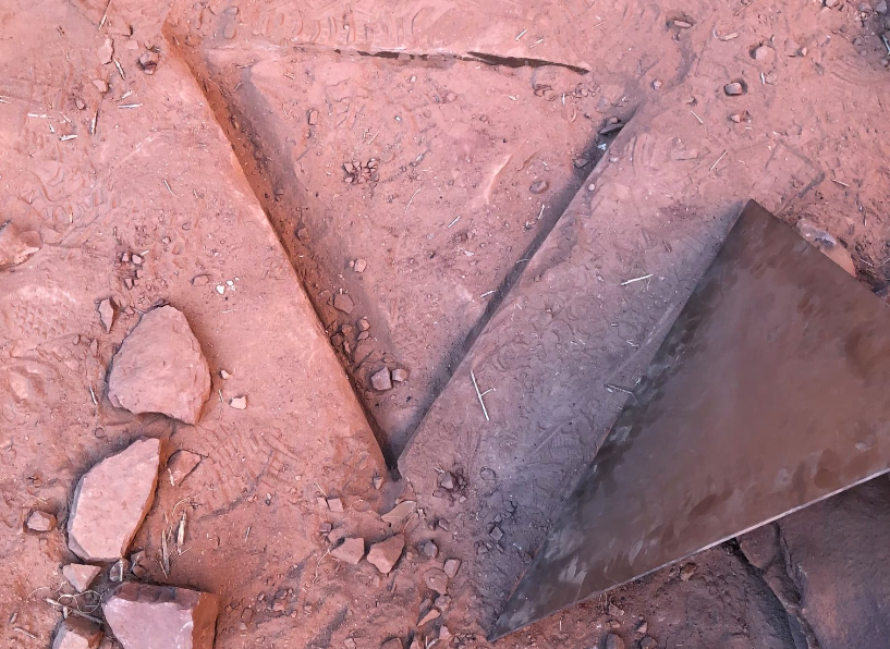 Загадочный монолит в пустыне Юты исчез. Власти говорят, что ничего не убирали