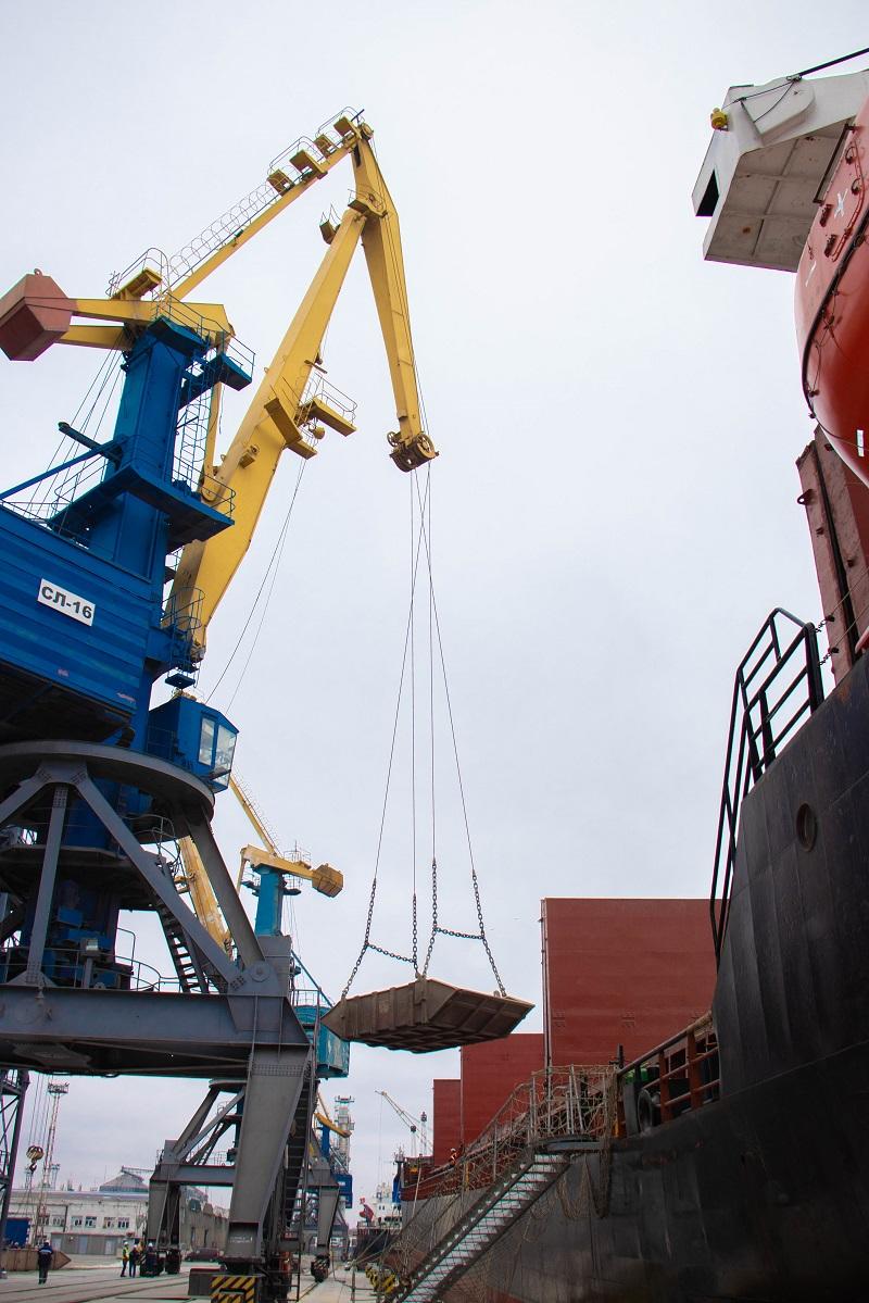 Маріупольський порт прийняв перше судно на відновлений причал: фото