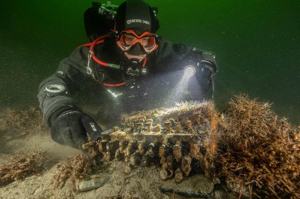 Найденная в Балтийском море шифровальная машина Энигма (Фото: EPA-EFE/CHRISTIAN HOWE)