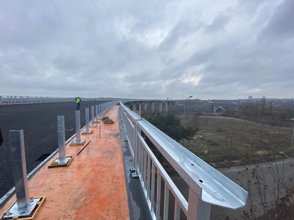 Запорожский мост через Днепр на Хортицу прошел первый тест на прочность грузовиками: фото