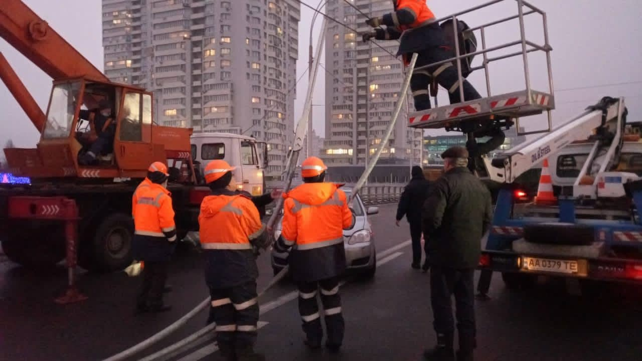 На Шулявському шляхопроводі впало три ліхтарних стовпи – фото