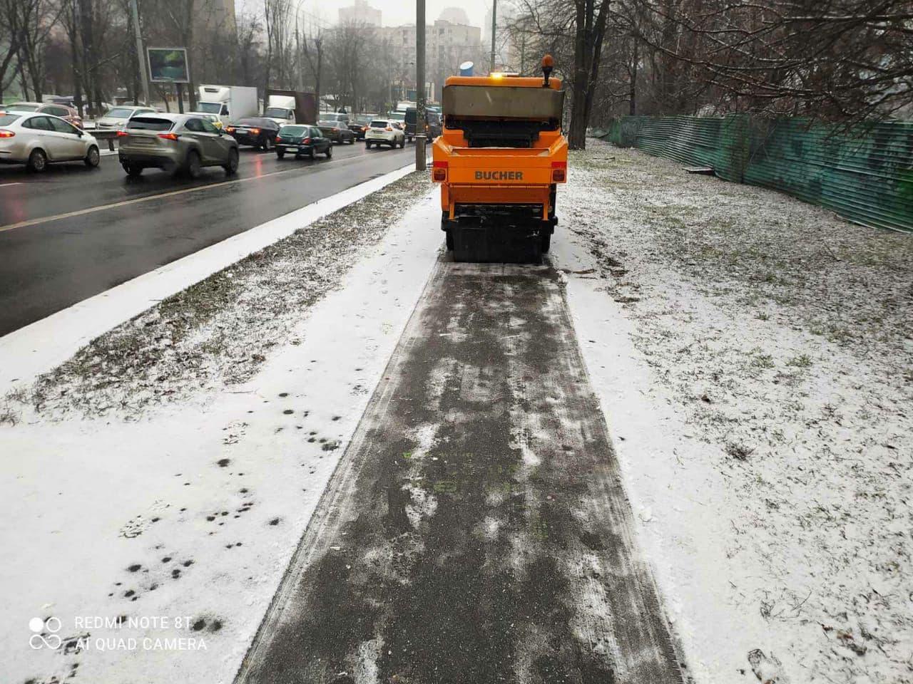 Киев засыпало снегом. На улицы пришла зимняя сказка и пробки на дорогах: фото, видео