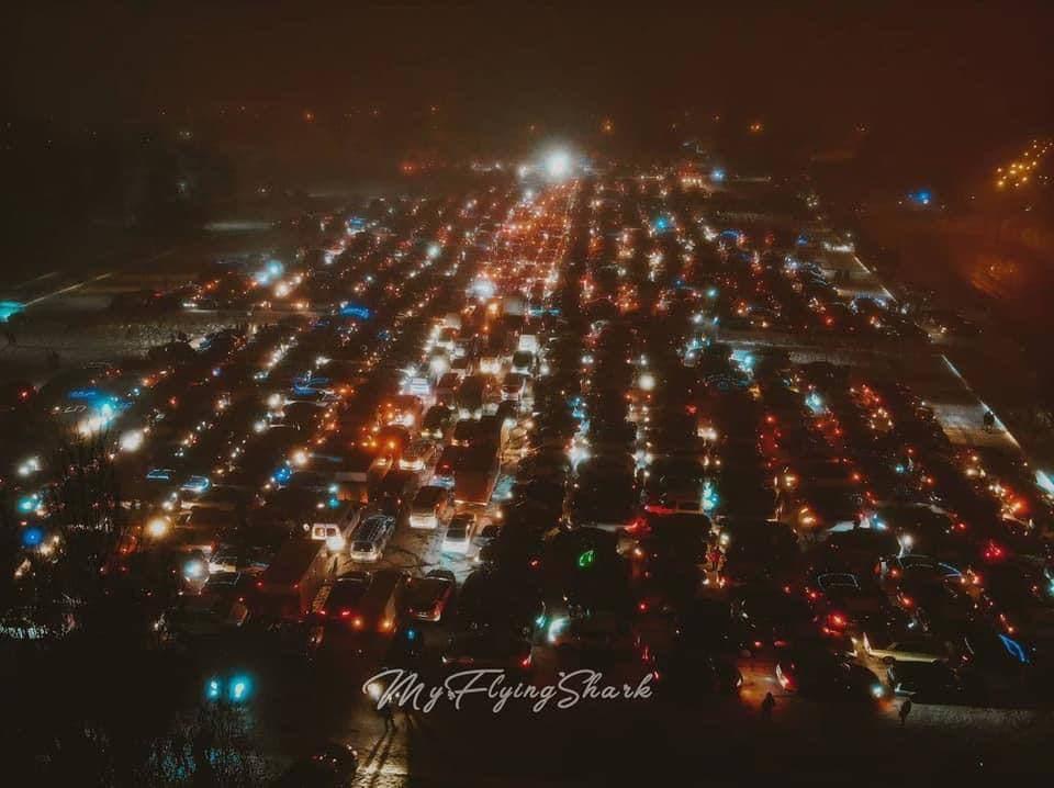 Рекорд. В Харькове сделали елку из более 1000 автомобилей – фото, видео