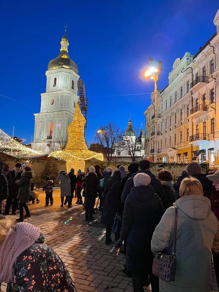 Шляпу с главной елки страны установили на Софийской площади: фото