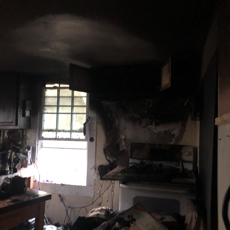 В США бездомный спас животных из горящего приюта, пожарные делать это отказались: фото