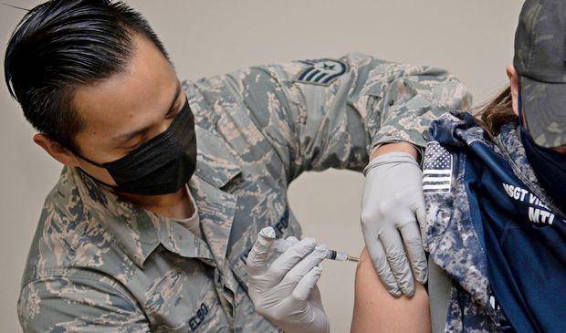 Вакцинация армии США препаратом Moderna (фото – US Air Force)
