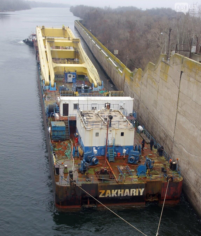 Найбільший плавучий кран Європи прибув в Україну для будівництва моста в Запоріжжі: фото