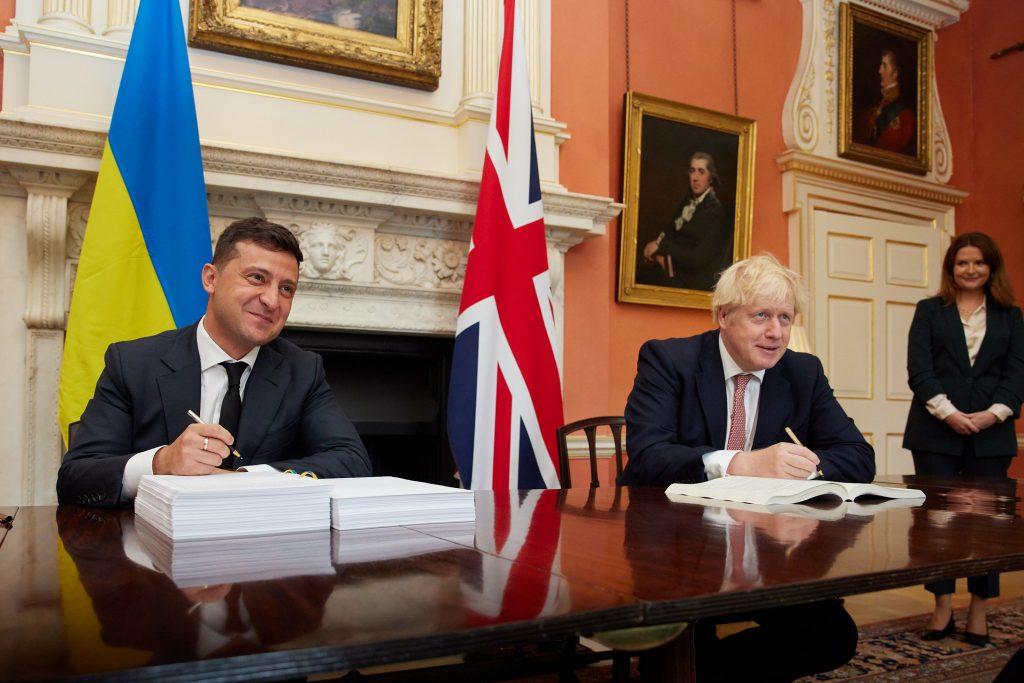 Президент Украины Владимир Зеленский и премьер-министр Великобритании Борис Джонсон подписывают 8 октября в Лондоне Соглашение о политической, свободной торговле и стратегическом партнерстве. Фото: пресс-служба Офиса Президента