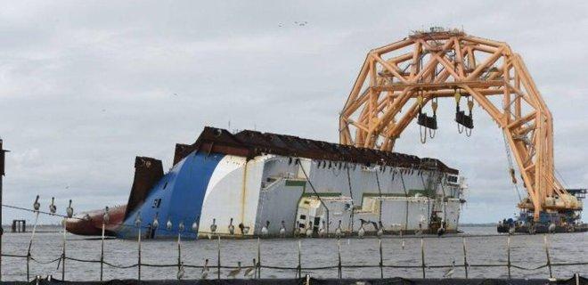 В США судно-коготь отрезало вторую секцию перевернувшегося автомобилевоза: фото